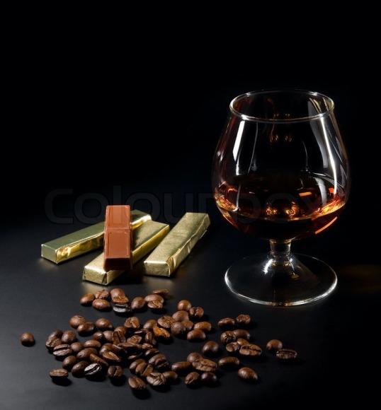 1535723-cognac-og-kaffe-boenner-og-chokolade-paa-en-sort-baggrund
